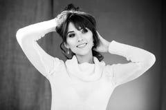 Mooie vrouw in witte sweater Royalty-vrije Stock Afbeeldingen