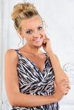 Mooie vrouw in zebra gevormde lange kleding in wit binnenland. royalty-vrije stock fotografie