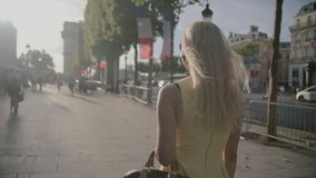 Mooie vrouw in zonnebril die een kleding dragen die langs de straat gaan stock video