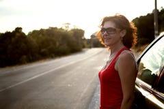 Mooie vrouw in zonnebril, op de weg Stock Foto's