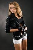Mooie vrouw in zwart leerjasje stock afbeeldingen