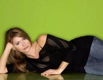 Mooie vrouw in zwarte Stock Foto