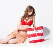 Mooie vrouw in zwempak en pareo het stellen in de studio royalty-vrije stock afbeelding
