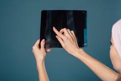 Mooie vrouwelijke arts die een aftasten houden Stock Foto's