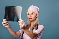 Mooie vrouwelijke arts die een aftasten houden Royalty-vrije Stock Fotografie