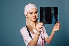 Mooie vrouwelijke arts die een aftasten houden Stock Afbeelding