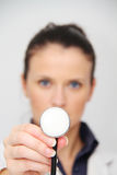 Mooie vrouwelijke arts met stethoscoop Stock Foto