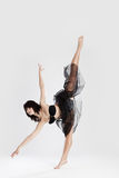 Mooie vrouwelijke ballerina die spleet doet Stock Afbeeldingen