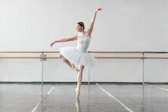 Mooie vrouwelijke balletdanser in klasse royalty-vrije stock foto's
