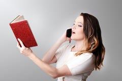 Mooie vrouwelijke bediende die zich in bureau op het haar werk bevinden, greep Stock Afbeelding