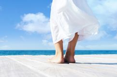 Mooie vrouwelijke benen De vakantieconcept van de zomer stock fotografie