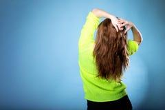 Mooie vrouwelijke bruine lange haar achtermening Stock Foto's