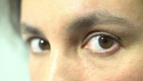 Mooie vrouwelijke bruine ogen die natuurlijk aan camera kijken geen schoonheidsmiddelen stock footage