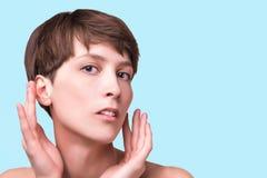 Mooie vrouwelijke gezichts dichte omhooggaand portret van jong model bij studio op wit royalty-vrije stock afbeelding