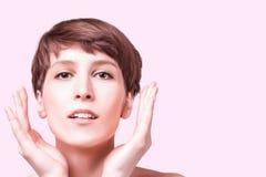 Mooie vrouwelijke gezichts dichte omhooggaand portret van jong model bij studio op wit royalty-vrije stock foto