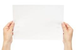 Mooie vrouwelijke hand die Witboek houden Geïsoleerdj op witte achtergrond royalty-vrije stock fotografie