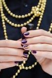 Mooie vrouwelijke hand met purper spijkerontwerp Royalty-vrije Stock Foto