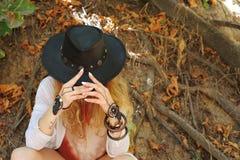 Mooie vrouwelijke handen met armbanden van boho de elegante dreamcatcher en zwarte leerhoed royalty-vrije stock foto's