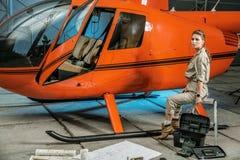 Mooie vrouwelijke helikopterwerktuigkundige op het werk feminism stock afbeelding