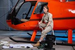 Mooie vrouwelijke helikopterwerktuigkundige op het werk feminism royalty-vrije stock afbeeldingen