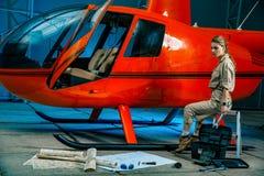 Mooie vrouwelijke helikopterwerktuigkundige op het werk feminism royalty-vrije stock afbeelding