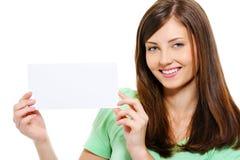 Mooie vrouwelijke holdings witte lege kaart Stock Afbeeldingen