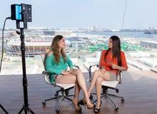 Mooie vrouwelijke presentator die een beroemde vrouw interviewen royalty-vrije stock afbeeldingen