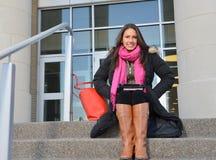 Mooie vrouwelijke student buiten de bouw stock afbeeldingen