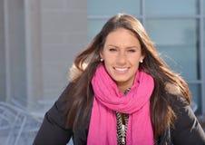 Mooie vrouwelijke student buiten de bouw royalty-vrije stock afbeelding