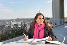 Mooie vrouwelijke student buiten de bouw stock afbeelding