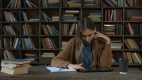 Mooie vrouwelijke student die digitale tablet werken stock videobeelden