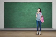 Mooie vrouwelijke student die haar duim tonen stock foto