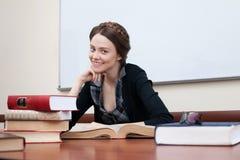 Mooie vrouwelijke student met boeken stock afbeeldingen