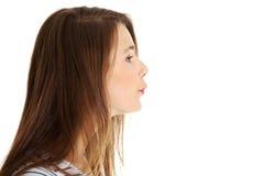 Mooie vrouwelijke tiener die een kus verzendt. Stock Afbeeldingen