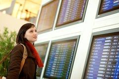 Mooie vrouwelijke toerist in de luchthaven stock afbeelding