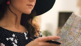 Mooie vrouwelijke toerist die kaart in koffieclose-up controleren, die nota's, toerisme maken stock videobeelden
