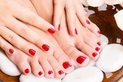 Mooie vrouwelijke voeten bij kuuroordsalon op pedicureprocedure Stock Afbeeldingen