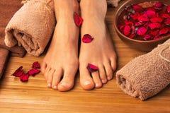 Mooie vrouwelijke voeten, kuuroordsalon, pedicureprocedure Stock Afbeelding