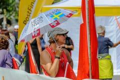 Mooie vrouwelijke Zweedse verdediger met paraplu bij de Kampioenschappen van Wereldorienteering in Lausanne, Zwitserland royalty-vrije stock afbeeldingen