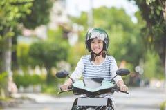 Mooie vrouwen berijdende motorfiets royalty-vrije stock fotografie