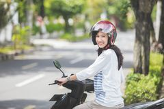 Mooie vrouwen berijdende motorfiets royalty-vrije stock foto