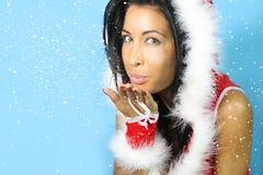 Mooie vrouwen blazende sneeuw Royalty-vrije Stock Fotografie