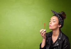 Mooie vrouwen blazende zeepbel op copyspaceachtergrond Royalty-vrije Stock Afbeeldingen
