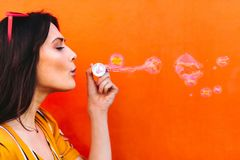 Mooie vrouwen blazende zeepbels royalty-vrije stock foto