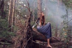 Mooie vrouwen in de herfstbos royalty-vrije stock afbeelding