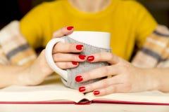 Mooie vrouwen die een boek lezen en koffie met sjaal drinken bij stock foto's
