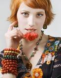 Mooie vrouwen die flover in haar mond houden Stock Afbeelding