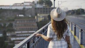 Mooie vrouwen die in hoed op brug lopen stock videobeelden