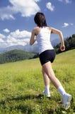 Mooie vrouwen die sporten op het gras doen royalty-vrije stock foto's
