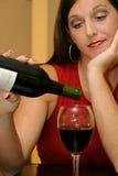 Mooie vrouwen gietende wijn stock foto